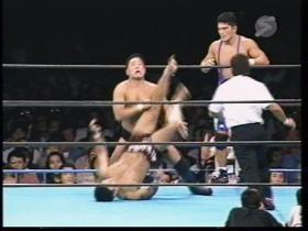 上になる永田を蹴り上げ、