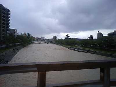 梅の橋からみた浅野川大橋