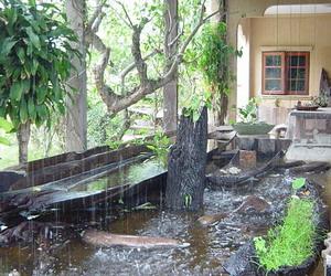 滝のある人工池