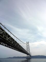 神戸・明石海峡大橋を眺める舞子海上プロムナード。