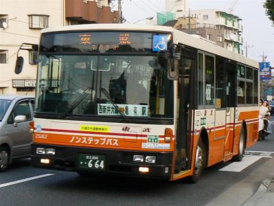 臨時バスに充当された東武バスセントラル葛飾営業所所属の2582号車