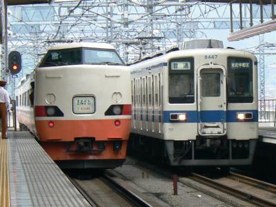 JR189系と東武8000型8147Fとの並び