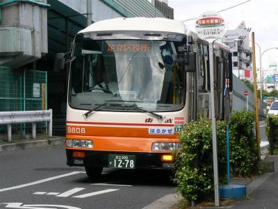 西新井駅東口で降車扱い中の9808号車