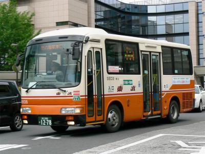 足立区役所を後に竹ノ塚駅に向けて発車する竹52系統