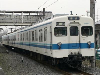 藪塚駅を発車する823レ 5151F