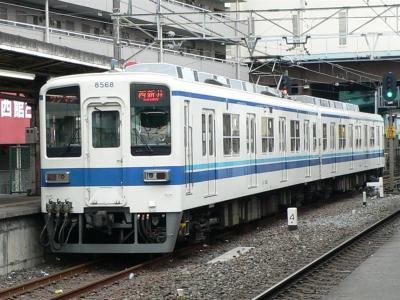 西新井駅下り副1番線に到着する1208D列車