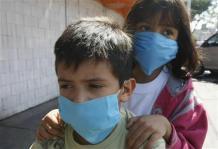 豚インフルエンザ予防のためマスクする市民