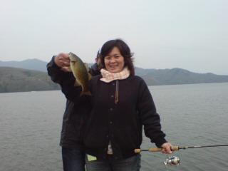 20090504 青柳さん 桟橋で釣れた