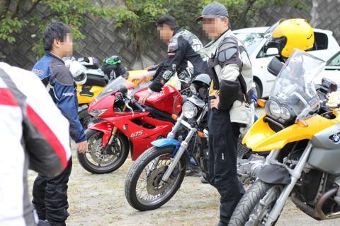 バイク車載の人々。皆がっちり装備。