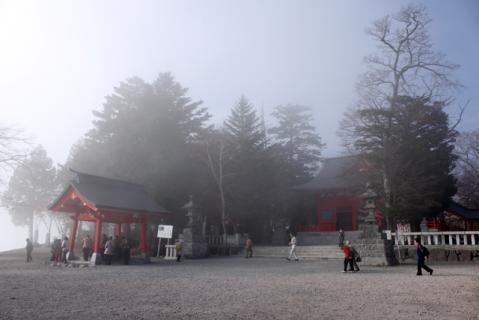 本堂も霧に包まれ
