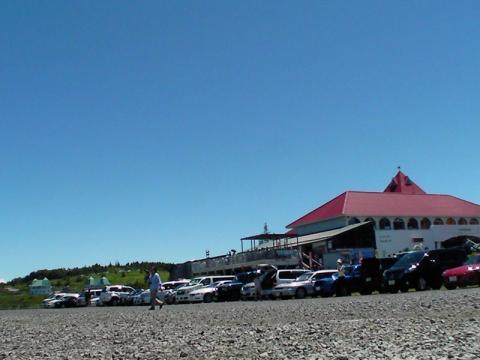 抜けるような青空と美ヶ原高原美術館のレストハウス