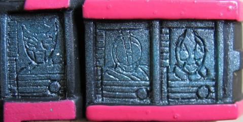 左肩部:龍騎、555、剣