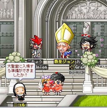 教会前の正装した二人とともにニッコリ