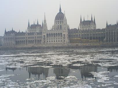 国会議事堂とドナウの氷