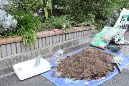 花壇の穴掘り