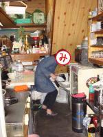 お店の厨房に侵入して氷を拝借するみっちゃん