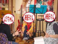 沖縄民謡話を話し込む3人