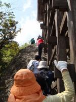 文殊堂の横はくさり坂。くさりを使って登ります。