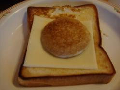 なんとも可愛らしい目玉焼きバタートーストが完成しました!