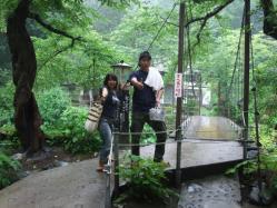 橋を渡って滝見の湯に行こう!!