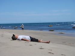 砂浜で昼寝?!!