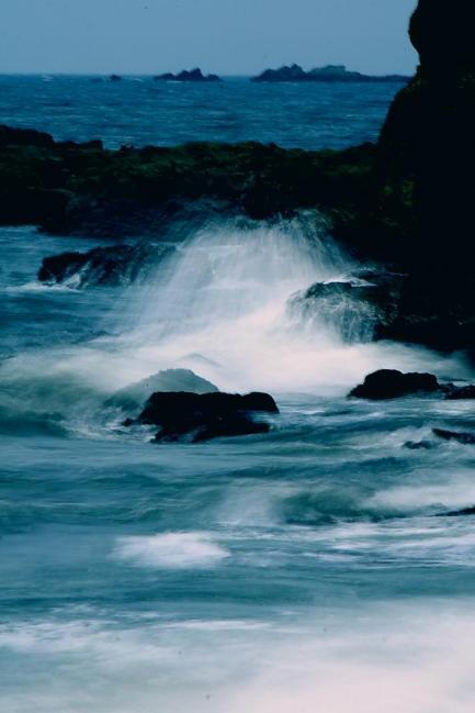 波・岩C.