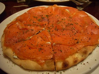 スモークサーモンのピザ350
