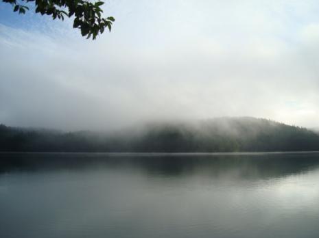 朝もやの湖