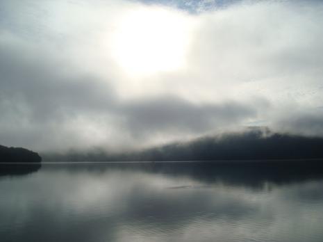 朝もやの湖。