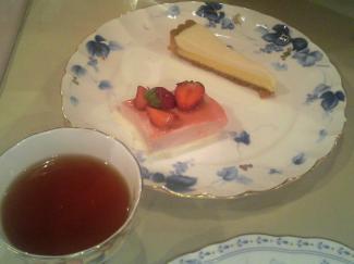 苺と練乳ムース、チーズケーキ、アップルティー