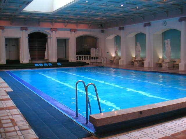 ... 古代ローマ風呂風室内プール