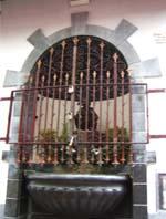 柵の中の小便ガール