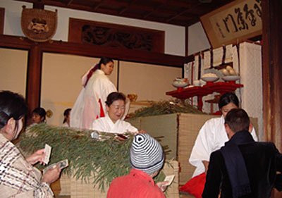 10日えびす 笹と巫女さんの舞