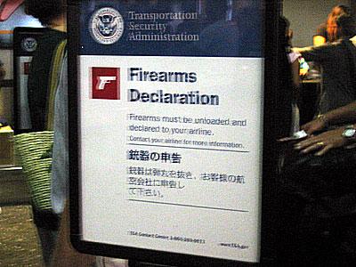 ハワイ地震後のホノルル空港 拳銃注意