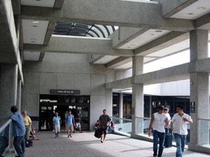 ハワイ地震後のホノルル空港 ゲート