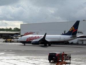 ハワイ地震後のホノルル空港 アロハ航空