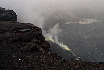 ハレマウマウ火口 立ち上る硫黄