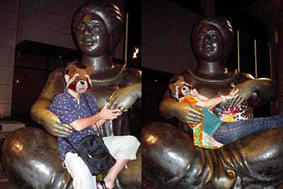ストーリーテラーの像とだっこ写真