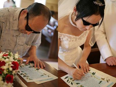 サインする父娘