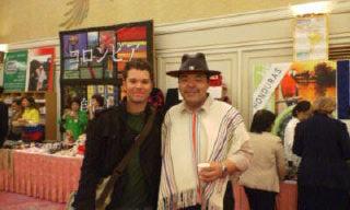 同じくチャリティバザーにて、ラテン歌手のカバスとフアン・バルデスもどきの私〈汗〉