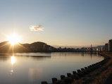 鏡川大橋たもとから市内を望む