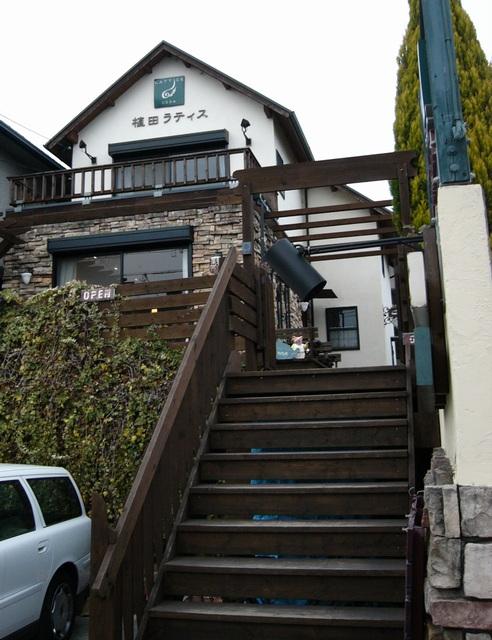 植田ラティス駐車場階段より店舗外観
