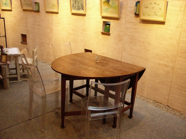 ぶなの木カフェ丸テーブルとクリア椅子