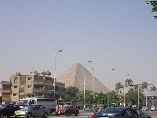 町から見えるピラミッド