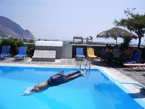 プールに飛び込むの図2