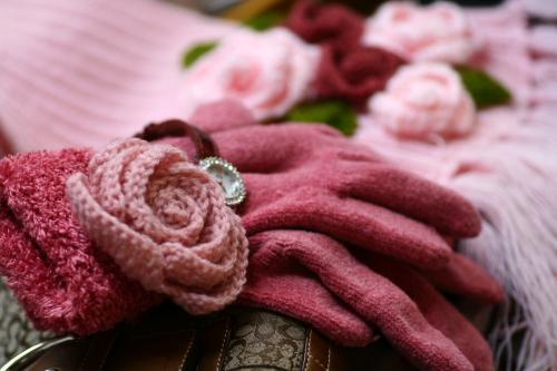 手袋にはもっと小さいお花をつけました。向こう側のマフラー超かわいくて愛用中~