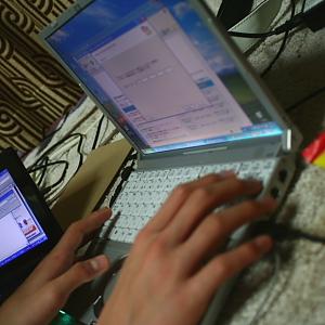 甥っ子、絨毯の上に寝っ転がって作業中・・・結局Windows再インストール&アップデートしなおすことになりました
