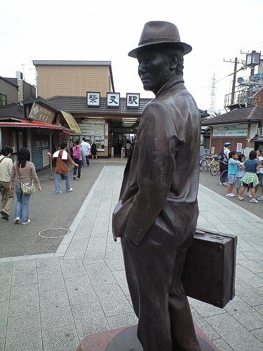 柴又駅前の寅さんの像