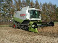夏には小麦を刈っていたコンバインです 小麦から大豆と大活躍です