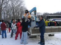 終了後スキーをトラックに積みます